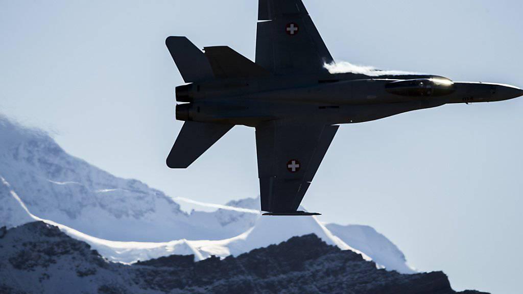 Die Luftwaffe hat bei einer weiteren F/A-18 Risse festgestellt. 5 der insgesamt 30 Maschinen bleiben am Boden. (Archivbild)