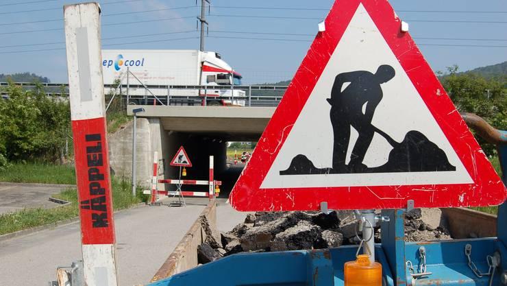 Letzte Arbeiten: Die Verlegung der Fahrstrasse steht vor dem Abschluss; am 15. Mai wird der neue «Abfluss» eröffnet. (Daniel Winter)