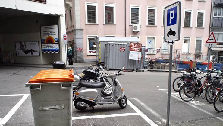 Die Töffparkplätze in Basel sollen gratis bleiben.