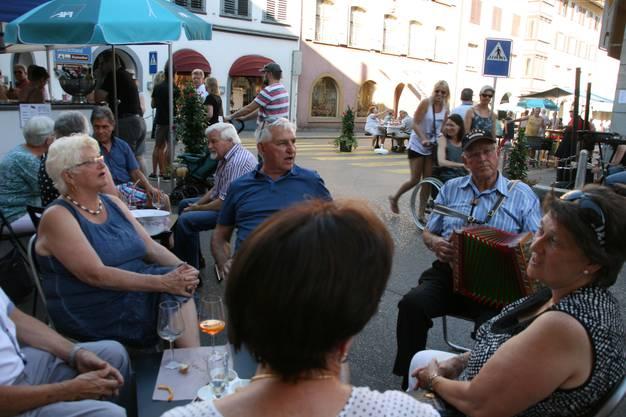 La Tavolata: Geselligkeit à discrétion Bad Zurzach: Die Hitze konnte an den Spass an den kulinarischen Freuden der Tavolata nicht verderben.
