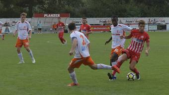 Der Dietiker Aleandro Norelli (am Ball), ursprünglich Verteidiger, wurde gegen Dübendorf als Flügel eingesetzt. Das nächste Testspiel des FC Dietikon wird gegen den FC Urdorf sein.