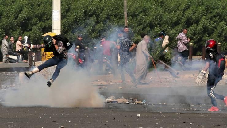 Tränengaseinsatz gegen Protestierende am Sonntag im Zentrum von Bagdad.