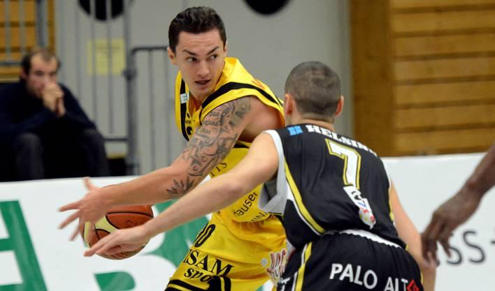 Miroslav Petkovic im Zweikampf mit Luganos Marco Magnami.