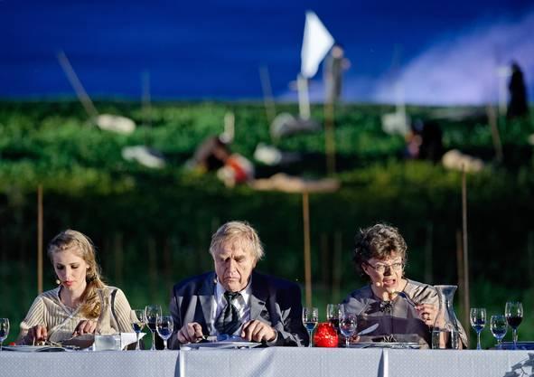 Während die Hochzeitsgäste speisen...