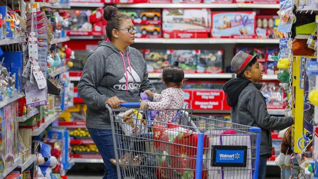 Am Tag nach Thanksgiving kauft eine Frau in den USA mit ihren  Kindern gross ein.