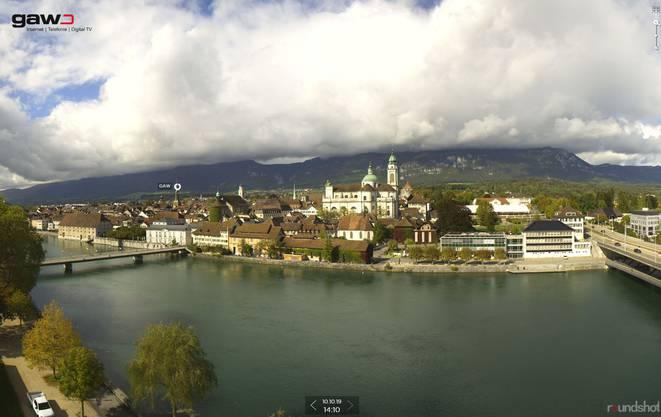 Blick auf die Solothurner St. Ursen-Kathedrale – und den Solothurner Hausberg dahinter.