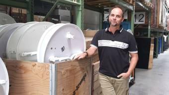 Marco Volpi in seinem Hochregallager in Dintikon. Seine Firma rent-a-lounge besitzt Tausende Möbelstücke und Dekorationsartikel.