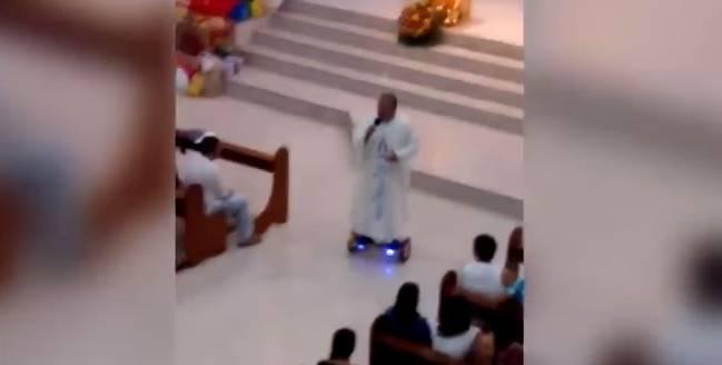 Philippinischer Priester fährt singend auf Hoverboard durch Kirche – und wird verwarnt