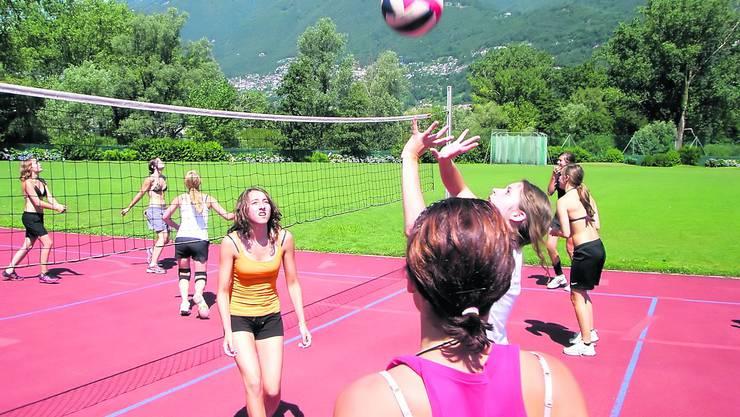 Im polysportiven Lager in Tenero ist «Le Parkour» der eigentliche Renner. Aber auch Volleyball wird oft und gerne gespielt.  Foto: dk