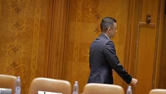 Der als Regierungschef abgewählte Sorin Grindeanu verlässt den Parlamentssaal