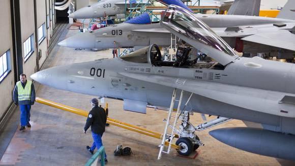 Kampfflugzeuge des Typs F/A-18 der Schweizer Armee stehen zur Wartung in den Hallen der Ruag Avition in Emmen.