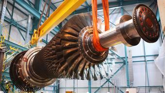 Ein moderner Gasturbinenrotor schwebt im Alstom-Werk Birr über die Köpfe der Mitarbeiter.Alstom