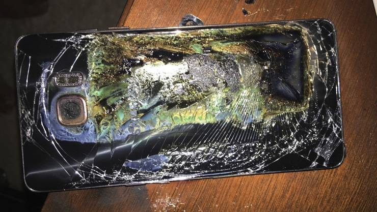 Samsung hatte das Galaxy Note 7 vergangene Woche komplett vom Markt genommen, nachdem auch vermeintlich sichere Ersatzgeräte Feuer fingen. (Archivbild)