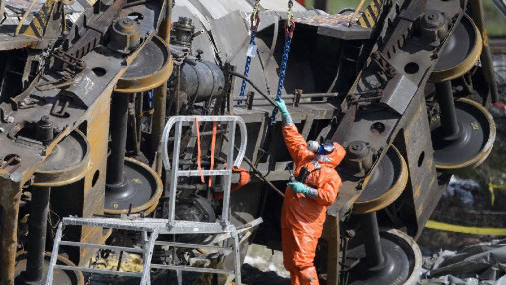 Beim Zugsunglück von Daillens VD im April 2015 liefen 25 Tonnen Schwefelsäure und drei Tonnen Natronlauge aus. (Archivbild)