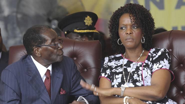 Simbabwes Präsident Robert Mugabe, hier mit Ehefrau Grace, wurde gestürzt.