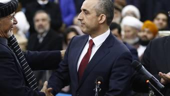 Der frühere Chef des Geheimdienstes NDS, Amrullah Saleh (r), ist der Kandidat von Präsident Aschraf Ghani (l) für das Amt des Vizepräsidenten. Bei einem Angriff auf sein Büro wurde mindestens ein Mensch getötet. (Archivbild)