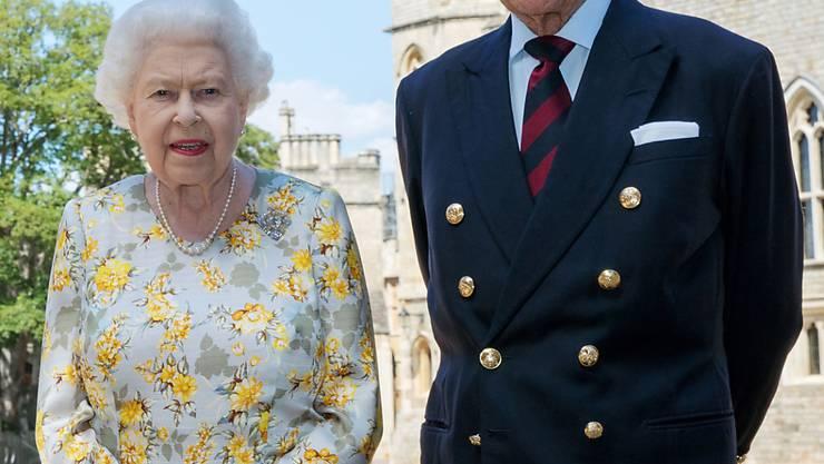 ARCHIV - Königin Elizabeth II. und Prinz Philip, Herzog von Edinburgh. Die Queen ist wieder auf Schloss Windsor zurückgekehrt - aber ohne Prinz Philip. ) Foto: Steve Parsons/PA Wire/dpa
