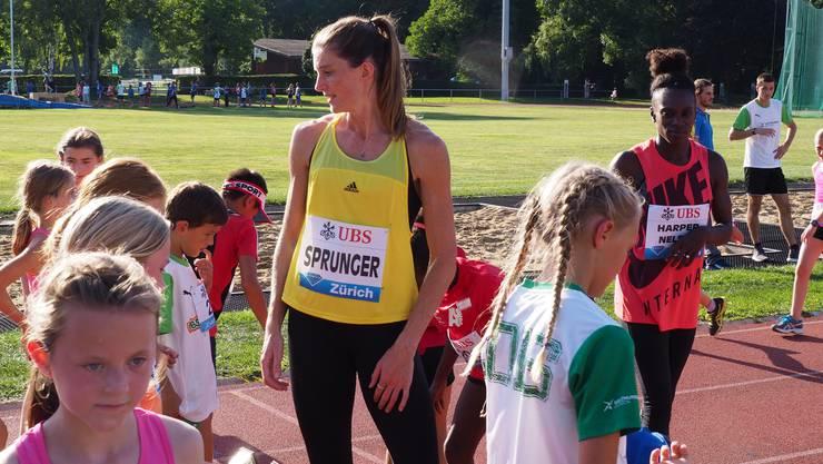 Die Weltklasse-Athletin Lea Sprunger kommt nach Aarau um mit den Kindern zu trainieren.