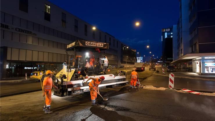 Die Bauarbeiter arbeiteten auf der Bruggerstrasse bis tief in die Nacht.
