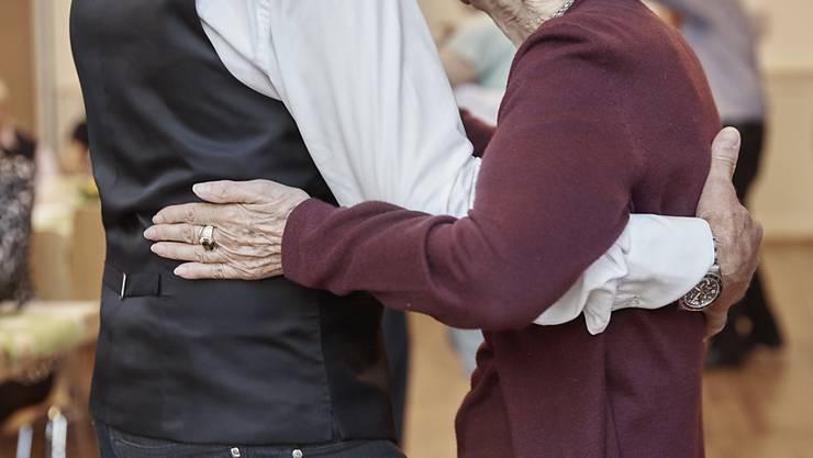 Auch im Alter noch das Tanzbein schwingen: Schweizer Seniorinnen und Senioren sehen ihre eigene Gesundheit und Lebensqualität positiv. Trotz chronischer Erkrankungen. (Symbolbild)