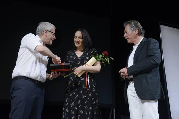 Terézia Mora nimmt ihre Auszeichnung entgegen.