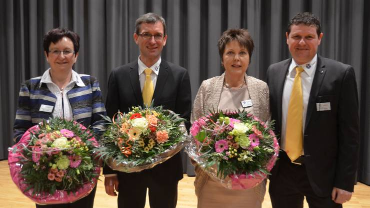 Irene Koller, Markus Amrein und Annelis Kretz (von links) wurden nach langjähriger Vorstandstätigkeit zu Ehrenmitgliedern ernannt; rechts Marco Lütolf, der Präsident des TCS Freiamt.