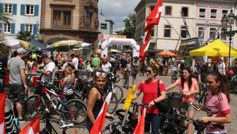 Der 15. slowUp Hochrhein im Wetterglück: Tausende nutzten am Sonntag die Gelegenheit, das Auto für ein paar Stunden stehen zu lassen;die Schweiz ist auf dem Münsterplatz in Bad Säckingen präsent.