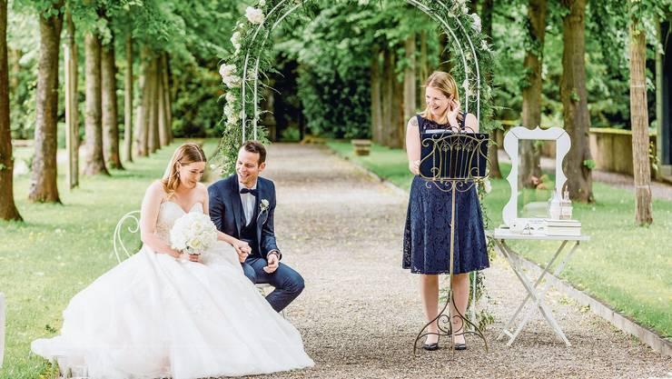 Trauungen im Freien sind im Trend: Selina und Mathias aus Kaisten mit Zeremonienleiterin Simone Gori.