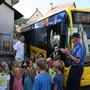 Die in den Bus einsteigenden Kinder werden von Verkehrsinstruktor Andreas Herrmann (rechts) beobachtet.