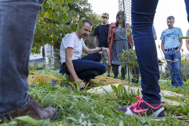 Stefan Spahr erklärt Interessierten, wie man eine Trüffelplantage anlegt.