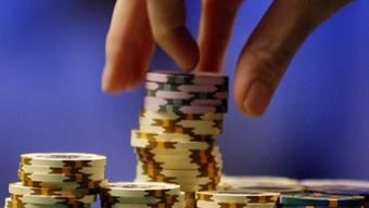 Ein Spieler stapelt Pokerchips (Symbolbild)