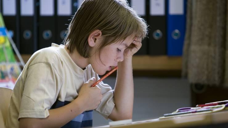 Die Intelligenz seiner Klassenkameraden beeinflusst stark, welche Note dieser Schüler für seine Leistung erhält.