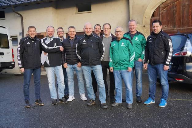 Mitglieder des FC Gontenschwil verteilen die Kränze. Heiri Steiner, 3. von rechts, ist der Vater der Aktion. Beat Steiner, Mitte, hilft bei der Organisation.