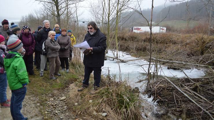 Im Längibach in Schinznach-Dorf hat sich ein Biber angesiedelt. Auf einer Exkursion erklärt Meinrad Bärtschi, warum Biber Dämme bauen.