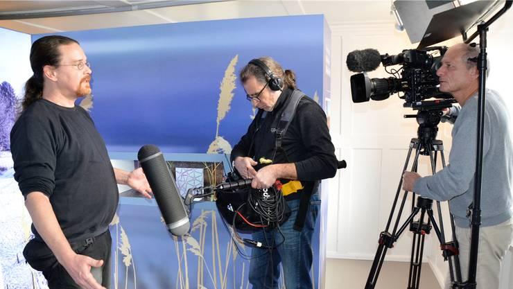 Niklaus Peyer, zuständig für Umweltbildung bei der Stiftung Reusstal, erklärt für den Fernsehbeitrag des Swisslos-Fonds die neue Ausstellung.
