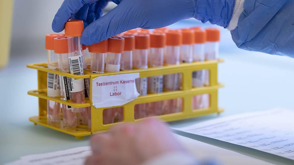Die Positivitätsrate der PCR-Tests würde im Moment weitere Öffnungsschritte erlauben. Bei zwei von vier Richtwerten ist dies allerdings nicht der Fall. (Archivbild)