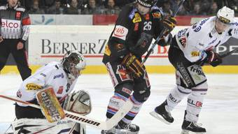 Fribourg-Goalie sichert den Puck vor Berns Marc Reichert