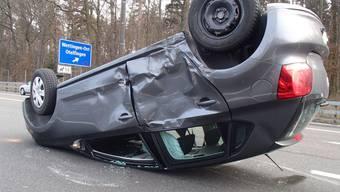 Auto überschlägt sich bei Unfall in Würenlos