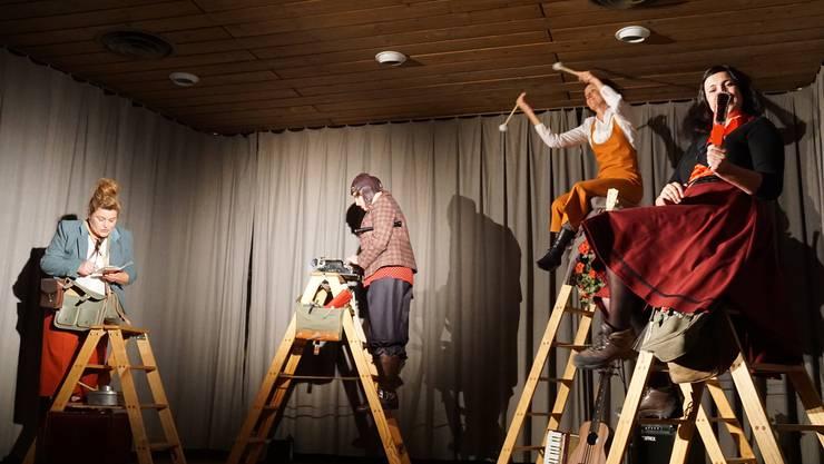 Die vier Damen vom Plissé Musiktheater auf Bockleitern, welche vier Gipfel darstellten
