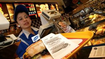 Cindy's-Mitarbeiterin Hülya Caliskan legt ihren Protest auf jedes Sandwich. Viele langjährige Mitarbeiter stehen vor dem Nichts.