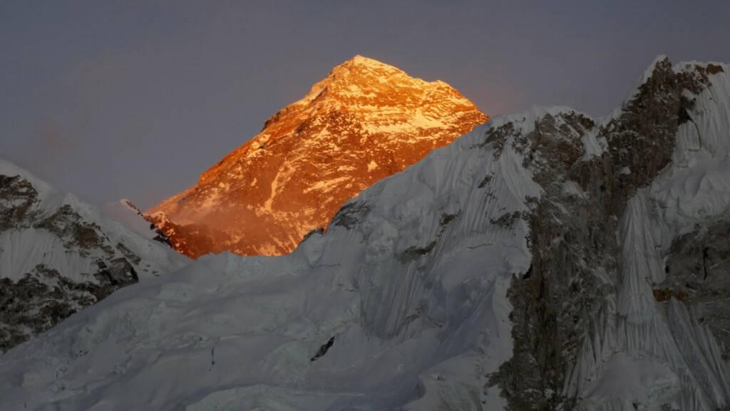 ARCHIV - Blick auf den Mount Everest, aufgenommen vom Kala Patthar (Nepal) aus. Foto: Tashi Sherpa/AP/dpa