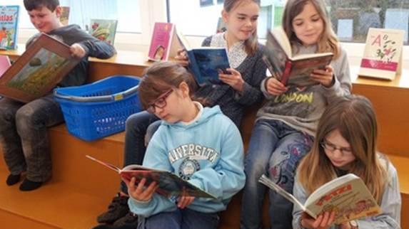 Lesen ist auch bei Kindern nach wie vor beliebt.