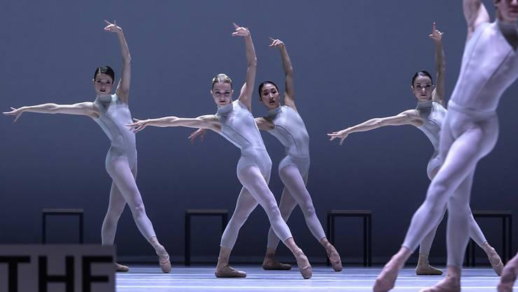 """Eine Szene aus """"The Second Detail"""" von William Forsythe - einem von drei Stücken des amerikanischen Choreografen, die das Zürcher Opernhaus als Schweizer Erstaufführungen zeigt."""