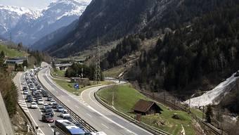 Verschneite Berge als Kulisse: Auf der A2 im Urnerland stauten sich die Fahrzeuge am Freitag auf bis zu 15 Kilometern.