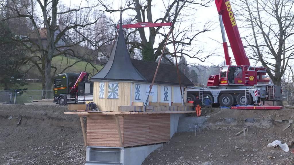 Nach Sanierung: Hüttli im Bubenweier ist wieder platziert