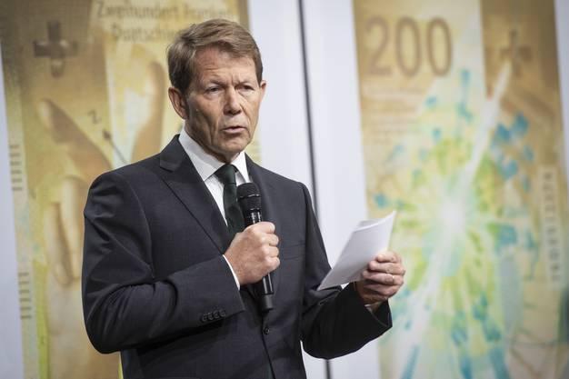 Fritz Zurbrügg, Vizedirektor der Schweizerischen Nationalbank, präsentiert die neue 200er-Note in Zürich.