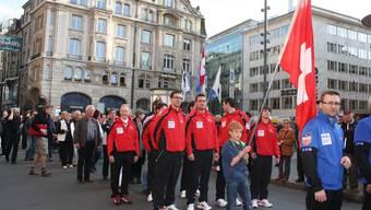 Mit einer Parade durch die Freie Strasse wurde die Curling-WM in Basel eröffnet