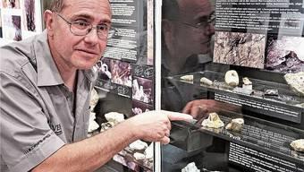 Ernst Blum erläutert Fundstücke aus dem Berginneren.