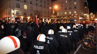 Szene der Kundgebung gegen den Akademikerball am Freitagabend in Wien.