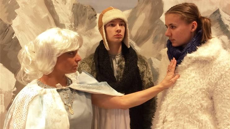 Die Schneekönigin (Zora Drieghe-Helier) trifft auf Kai (Nils Leuenberger) und dessen Schwester Gerda (Stefanie Meyer) zvg